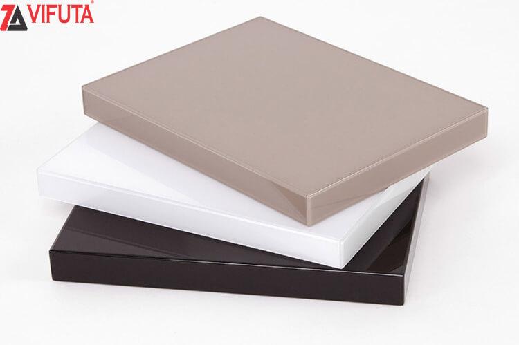 Chất liệu tủ bếp gỗ công nghiệp MFC phủ Acrylic bóng gương chất lượng cao, giữ màu, bền lâu với thời gian.
