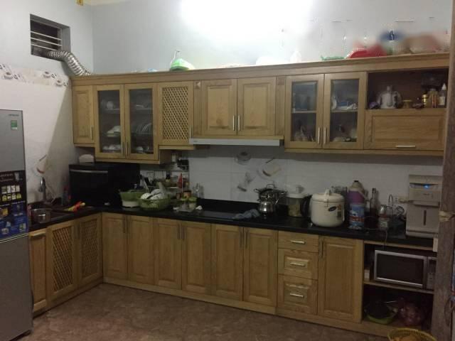 Đội thợ tháo dỡ tủ bếp cũ tại Hà Nội